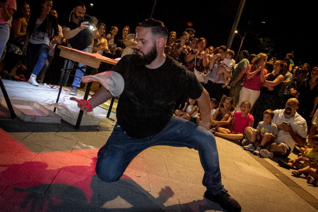 Valerio Torre in una esibizione di pizza acrobatica